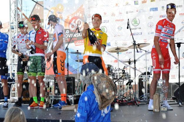 Oslava víťazov 61. ročníka pretekov Okolo Slovenska na pódiu počas dekorovania víťazov.