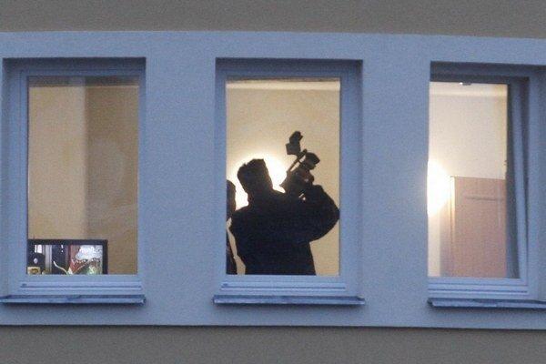 Policajti prehľadávajú pražský dom palestínskeho diplomata.