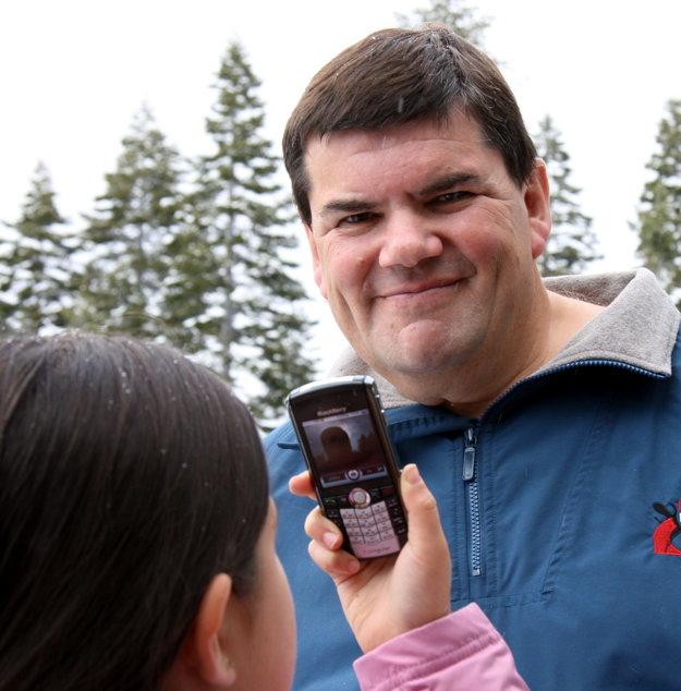 Deväťročná Sophie fotí svojho otca Philippeho Kahna desať rokov po vynájdení instantného zdieľania cez mobil.