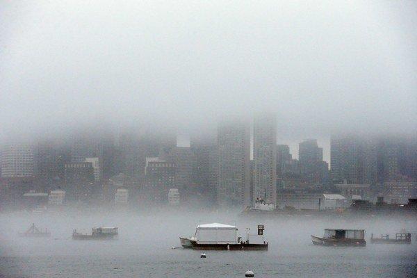 Hmla zahaľuje bostonský prístav.