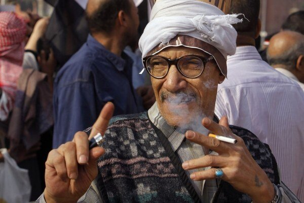 Egypťania v uliciach stoja za Sisím.