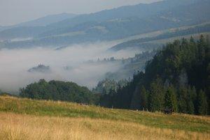 Dolina Biala Woda s augustovými hmlami.