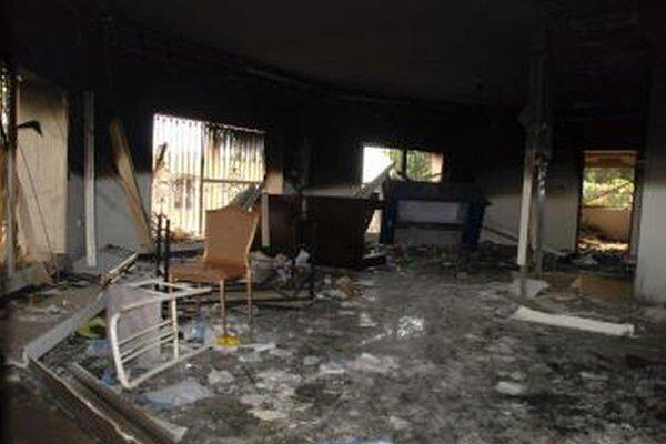 Spustošená miestnosť obhoreného amerického konzulátu v Benghází.