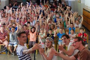 S rukami nad hlavou. Kapela si urobila selfie so školákmi.