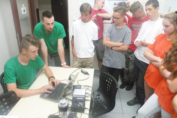 Michal Hladký aMatúš Moronga sú budúci strojári. Učni predviedli ôsmakom, ako funguje CNC stroj. Foto: ESOX