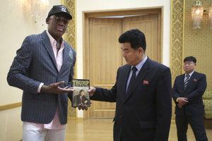 Rodman darúva Trumpovu knihu severokórejskému ministrovi športu.