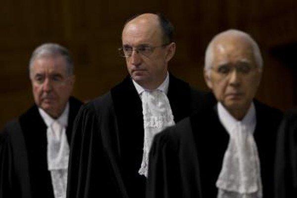 Sudcovia Medzinárodného súdu. V strede Slovák Peter Tomka.