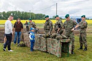 Deti zaujímal výstroj vojakov.