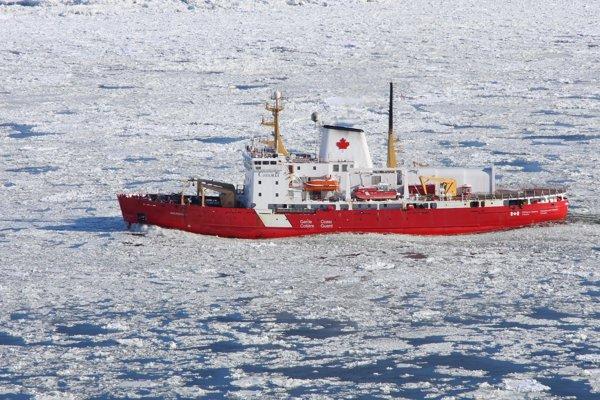 Ľadoborec a akrtické výskumné plavidlo CCGS Amundsen.