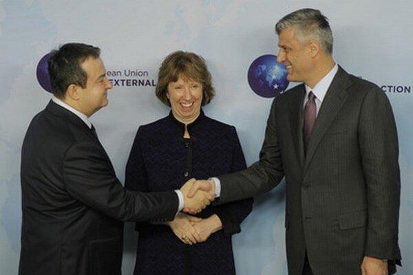 Šéfka európskej diplomacie Catherine Ashtonovú, srbský premiér Ivica Dačič (vľavo) a kosovský premiér Hashim Thaci.