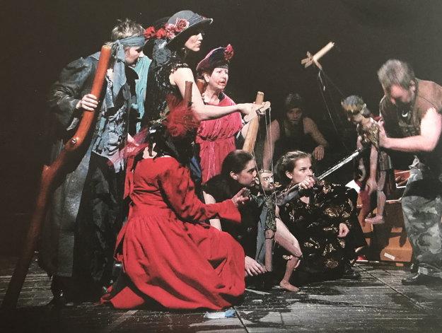 Rúth Dolanová vhre Macbeth vpostave nemej ženy (vľavo).