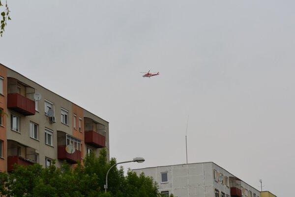 Vrtuľník ATE letí do novozámockej nemocnice.