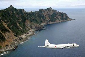 Japonské prieskumné lietadlo prelieta ponad sporné ostrovy Senkaku vo Východočínskom mori.