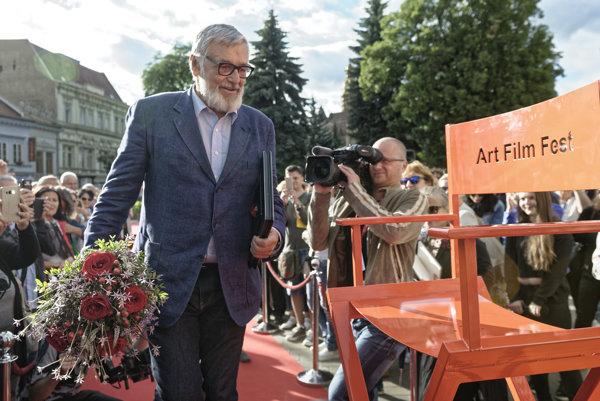 Český herec Jiří Bartoška počas preberania Ceny prezidenta Art Film Fest (AFF) pred očami verejnosti na košickej Hlavnej ulici.