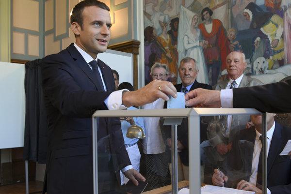 Francúzsky prezident Emmanuel Macron odovzdal vo voľbách hlasovací lístok.