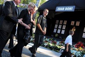Smútiace rodiny počas spoločnej rozlúčky s tragicky zosnulými baníkmi v Handlovej 20. augusta 2009.