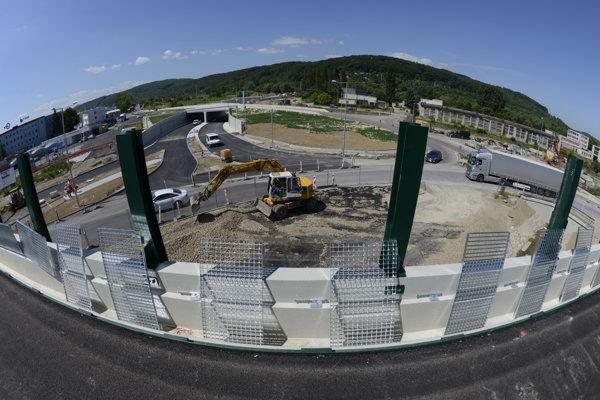 Práce pri ZVL, kde je teraz kruhová križovatka s čiastočnými dopravnými obmedzeniami. Nad touto kruhovou križovatkou už firma Doprastav dokončuje premostenie.