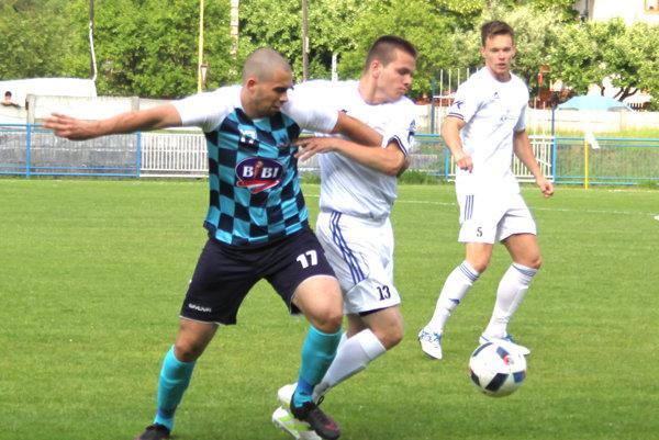 Nedeľňajší zápas rozhodol Branislav Macura (vľavo).