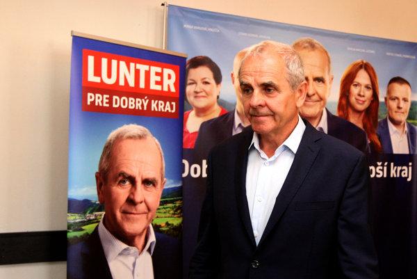 Kandidát na banskobystrického župana Ján Lunter sa preferenčne doťahuje na súčasného župana Mariána Kotlebu z extrémistickej ĽSNS.