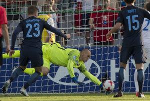 Na snímke vľavo Alfie Mawson (Anglicko) strieľa gól brankárovi Adriánovi Chovanovi (Slovensko).