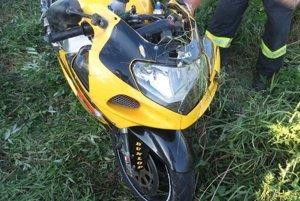 Vodič motocykla zrážku neprežil.