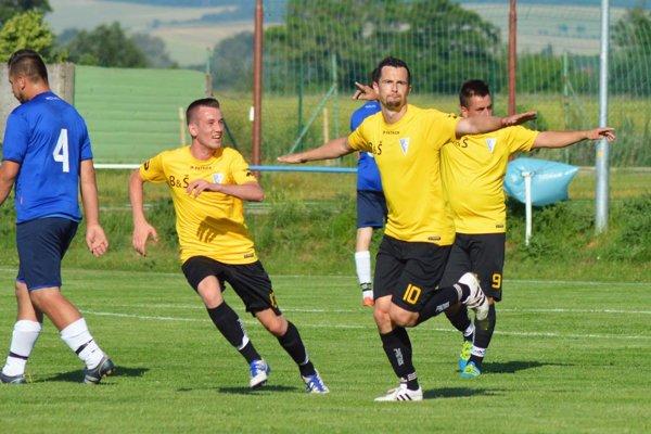 Veľké Zálužie priviezlo bod z Krušoviec. Zaslúžil sa o to pekným gólom Jakub Kečkéš (vľavo).