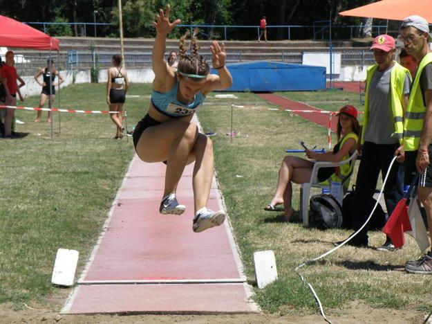 Takto skáče strieborná medailistka v skoku do diaľky Lea Farkas zo ZŠ v Zemnom