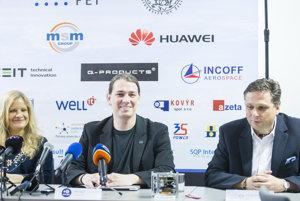 Na snímke zľava predsedníčka Slovenskej organizácie pre vesmírne aktivity (SOSA) Michaela Musilová , podpredseda SOSA Jakub Kapuš a profesor Fakulty elektrotechniky a informatiky STU Peter Ballo počas tlačovej konferencie
