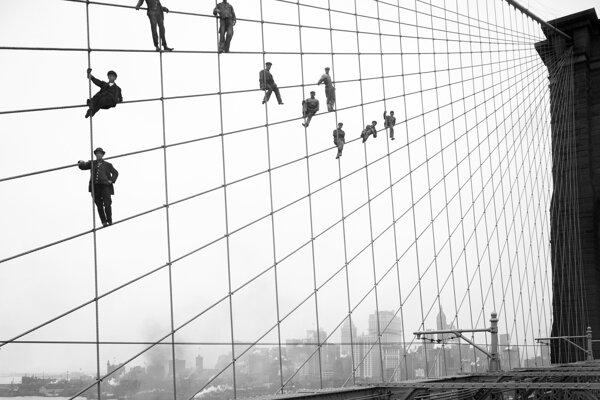 Robotníci na lanách počas výstavby Brooklynského mosta.