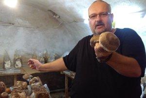 Ázijskej hube sa darí v pôvodnej pivnici starého domu.