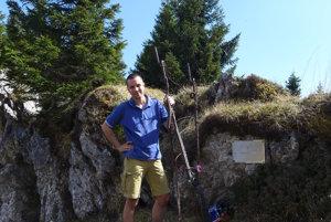 Historik Juraj Červenka pri malom pamätníku pod vrchom Monte Coppolo v severnom Taliansku, kde zahynul pilot Jozef Kiss.