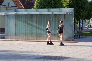 """Túto fontánu pri Miléniu na pešej zóne si Martinčania """"mýlia"""" s autobusovou zastávkou."""
