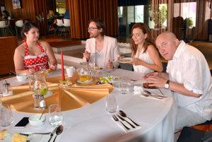 Dobrá nálada ich neopúšťala. Herci sa pri raňajkách s Michaelou dobre zabávali.
