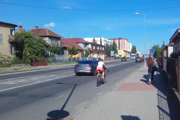 Mikulášania radi využívajú bicykle, slabinou mestskej cyklodopravy je pruh hlavným ťahom. Zelená farba je úplne vyšúchaná a krajnice zničené.