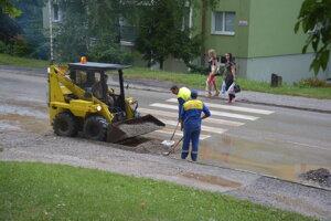 Štrk z Krásnohorskej ulice sa po každom výdatnom daždi ocitá na hlavnej komunikácii.