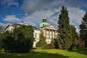 Akcie Kultúrneho leto sa konajú na nádvorí zámku.