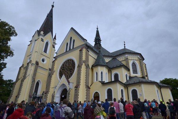 Veriaci pred Bazilikou Navštívenia Panny Márie na Mariánskej hore počas Levočskej púte v roku 2016.