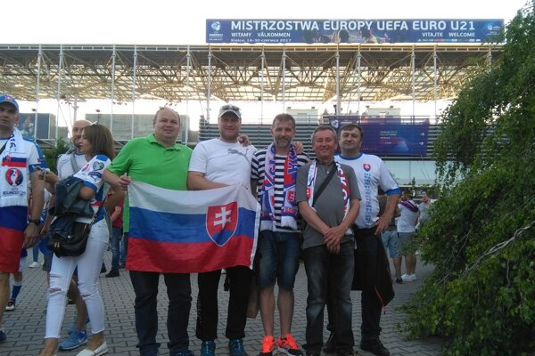 Výprava ŠK Belá pred štadiónom v Kielcoch.