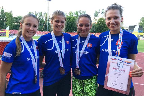 Bronzová štafeta ŠK ŠOG na 4x100 m - zľava Vlčková, Ledecká, Takácsová a Zeleňáková.