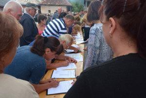 Polomčania sa podpisovali pod petíciu. Chcú aby Kučerák odstúpil.