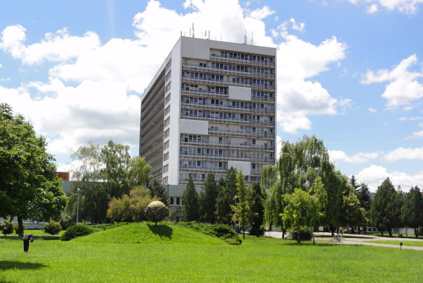 Dievčatko bolo prevezené do novozámockej nemocnice a následne letecky do Bratislavy.