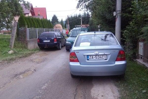 Cestu zablokovali tak, aby po nej prešli iba autá domácich obyvateľov.