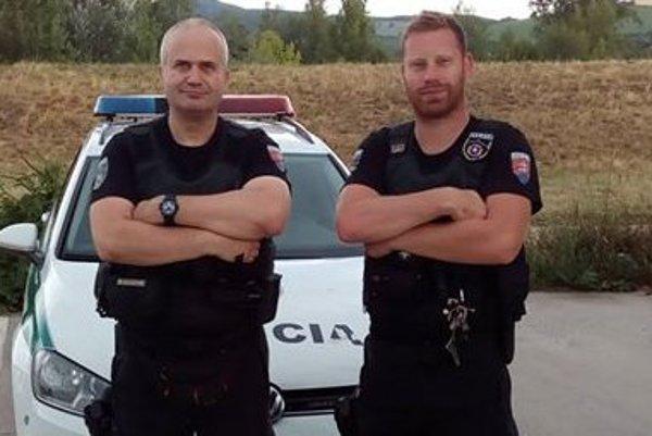 Vladimír Matejka a Dominik Lesay zachránili život 35-ročného muža.