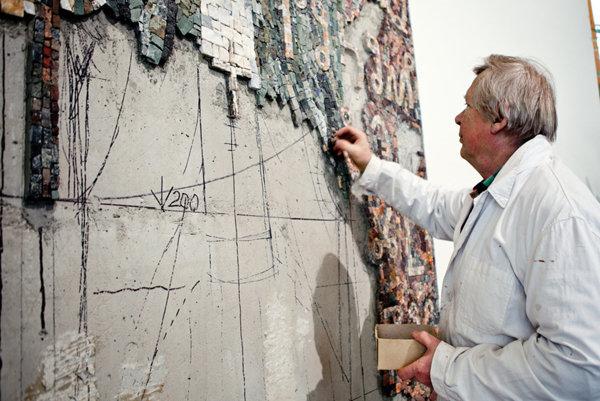 Akademický maliar Pavol Muška pri práci na mozaike v kostole v Radoli. Robil na nej osem mesiacov.