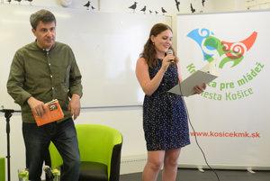 Na snímke zľava gruzínsky spisovateľ Dato Turašvili a gruzínska moderátorka Nadia Mtchedlitzeová.