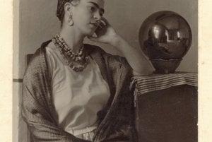 Bola v poradí tretím dieťaťom manželstva Guillerma Kahla a Matilde Calderónovej. Jej otec bol nemeckého pôvodu a mama pochádzala z  Mexika.