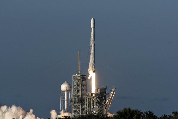 Bezpilotná raketa Falcon vyniesla na obežnú dráhu satelit Intelsat.