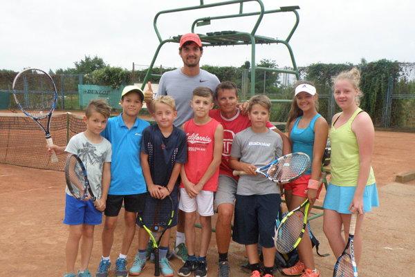 Skupina novozámockých tenisových nádejí so svojimi trénermi Matúšom Kráľom aVladimírom Polákom.