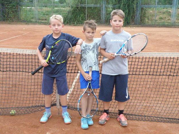 Trojica, ktorá úspešne reprezentuje novozámocký tenis v detskom Daviscupe zľava Adam Solčan, Marco Bekényi a Dávid Polák.