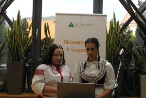 Študentky počas prezentácie projektu.